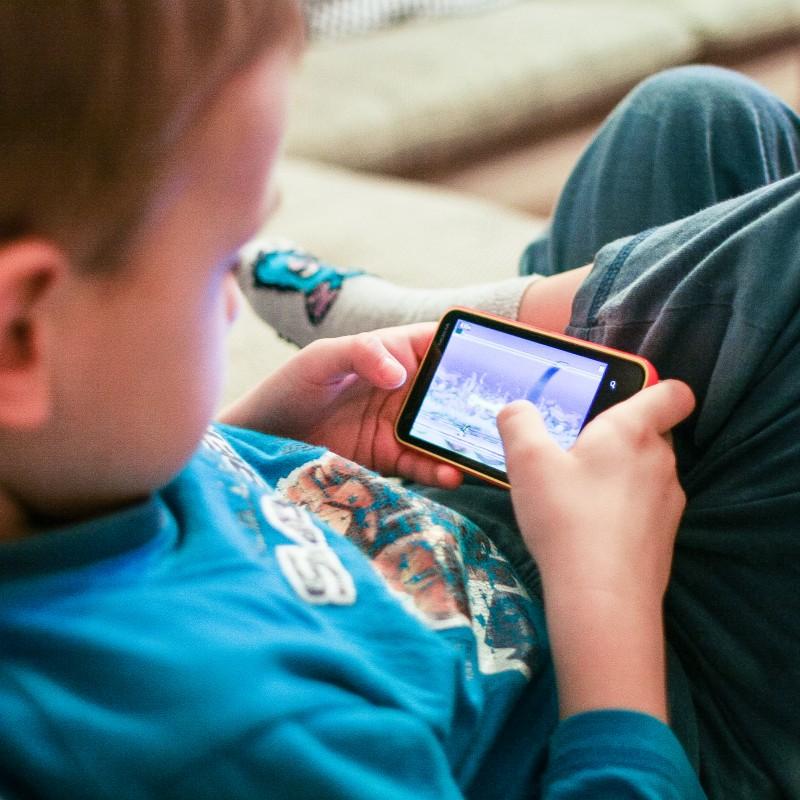 Da li su nam i koliko deca bezbedna na internetu? Mali brat stiže u pomoć