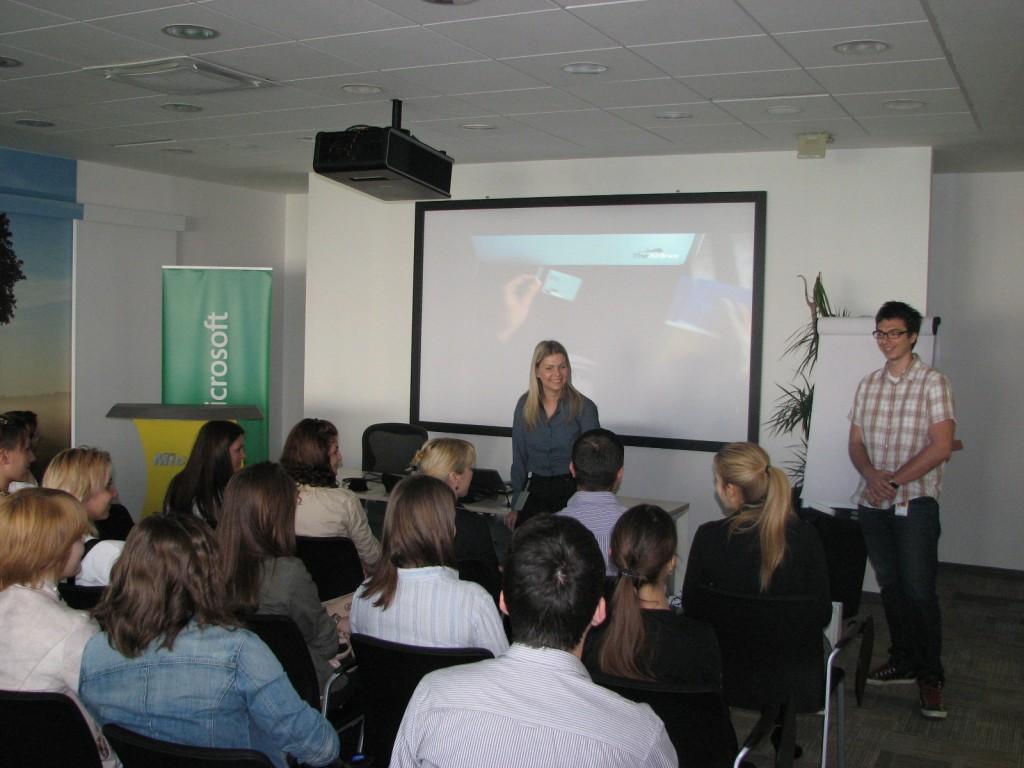 Jelena Vucevic - Microsoft i Neven Tubic - Microsoft razvojni centar Srbija tokom jucerasnjeg dogadjaja