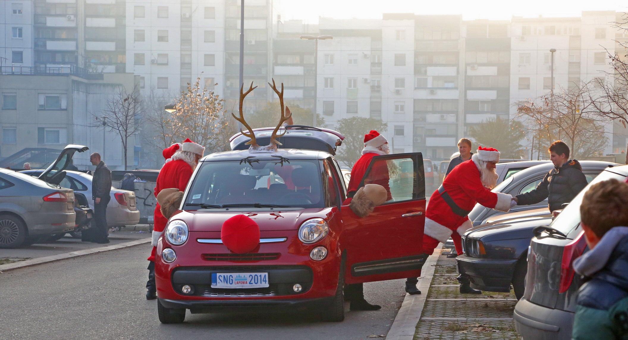 Grand Deda Mrazovi sa gradjanima na ulici