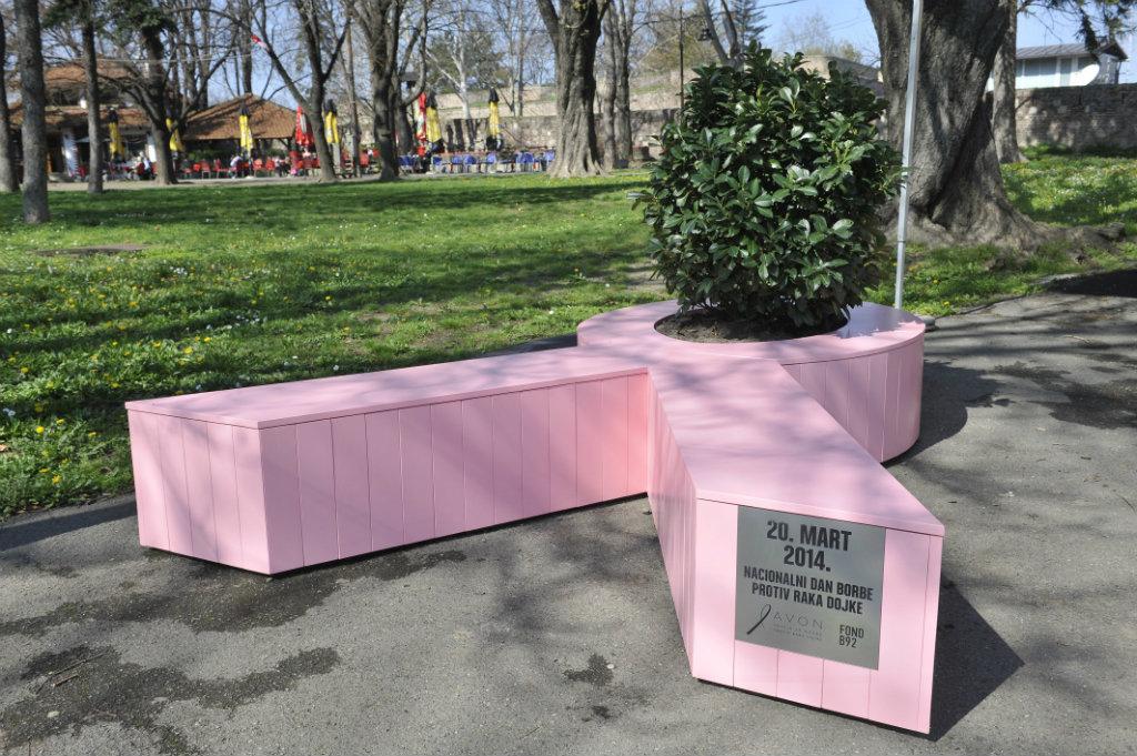 Roze žardinjera u obliku vrpce kod paviljona Cvijeta Zuzorić