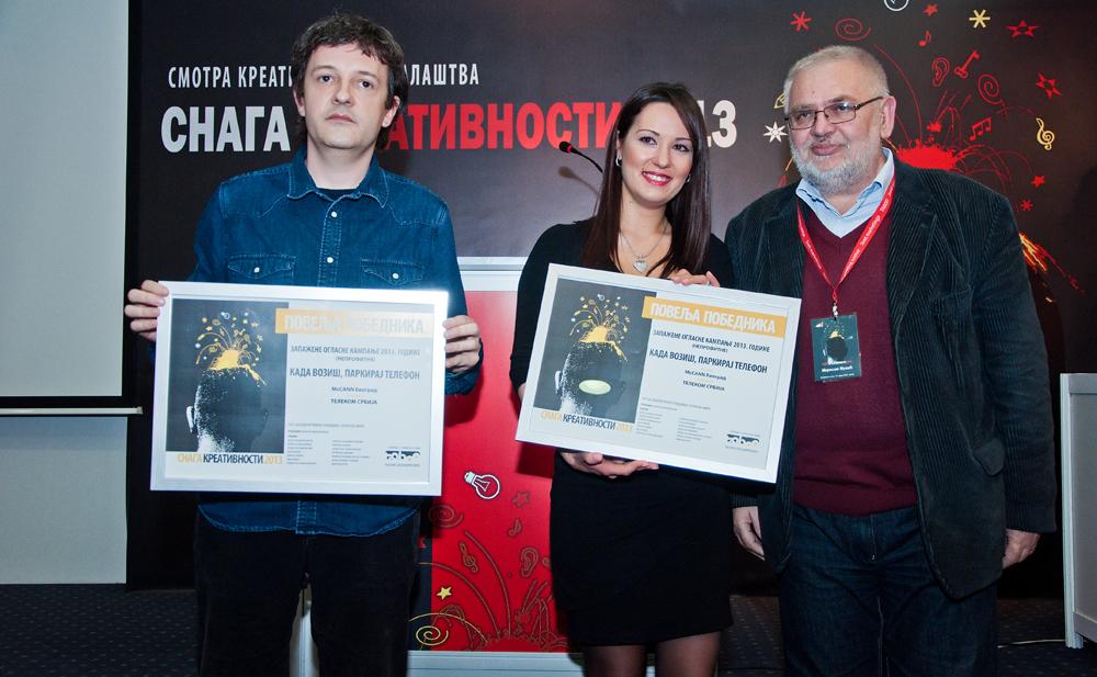 Vladimir Ćosić, kreativni direktor agencije McCann Beogra i Marija Bošković, direktorka sektora za odnose sa javnošću, primili su nagrade za najbolju neprofitnu kampanju Kada voziš, parkiraj telefon